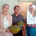 Свято-Георгиевцы накормили виноградом многодетные семьи и раздали духовную литературу