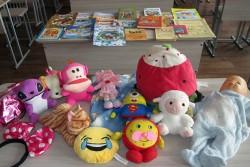 Свято-Георгиевцы дарят детям из больницы игрушки, книжки и журналы